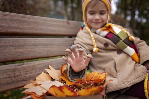 Kind mit Eichelhütchen