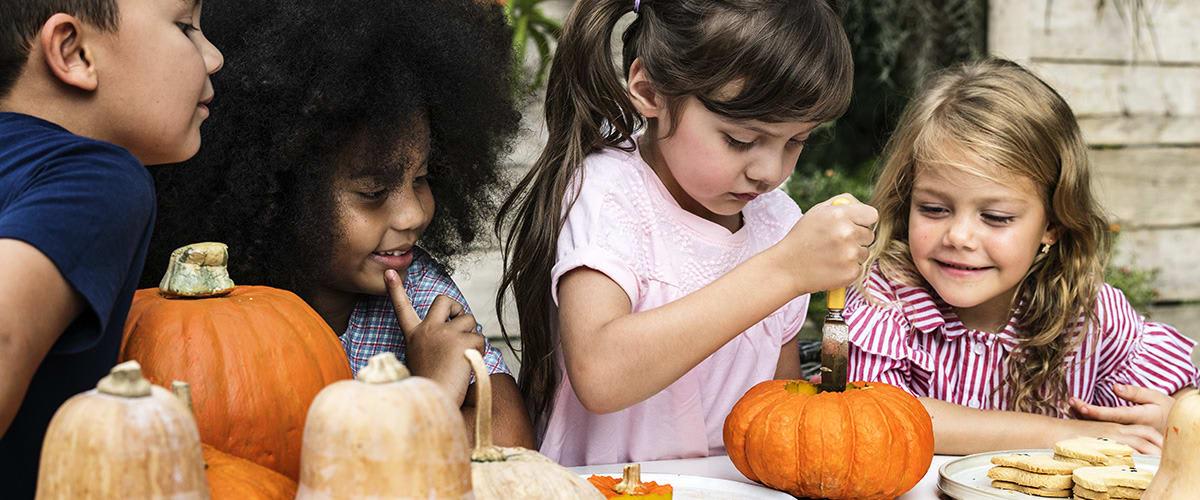 Young_kids_carving_Halloween_jack_o_lanterns02.jpg
