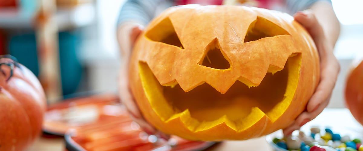 Woman_is_carving_pumpkin.jpg